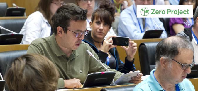 Antonio Hinojosa lee un texto ante muchas personas y una chica le graba con el móvil