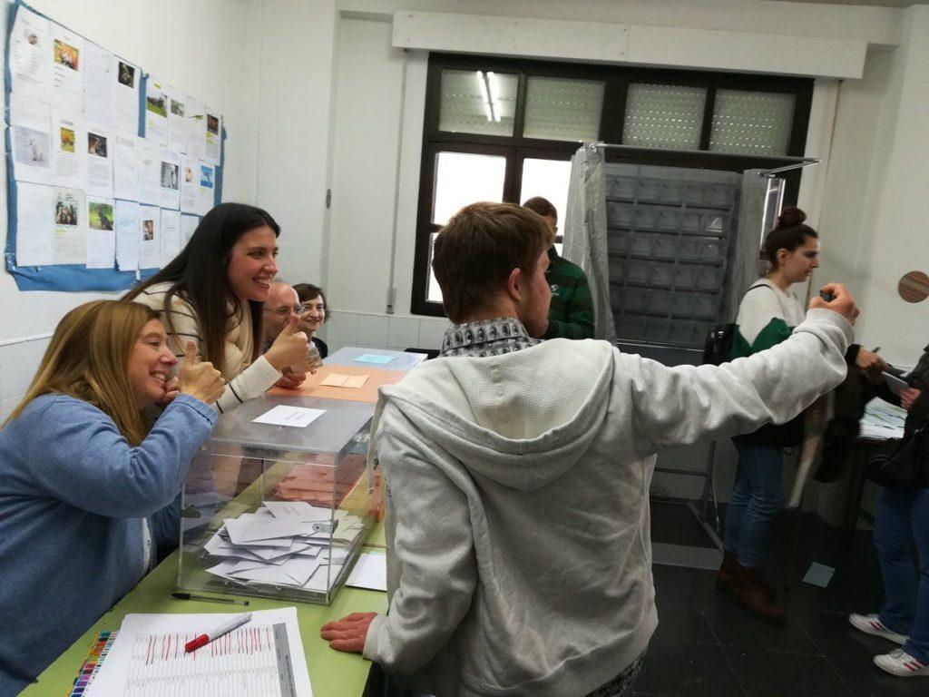 Una persona se echa una foto cuando vota