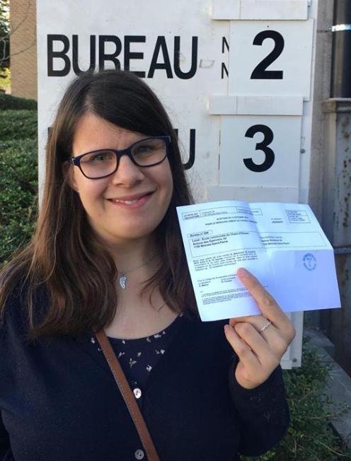 Una mujer sujeta una papeleta para votar
