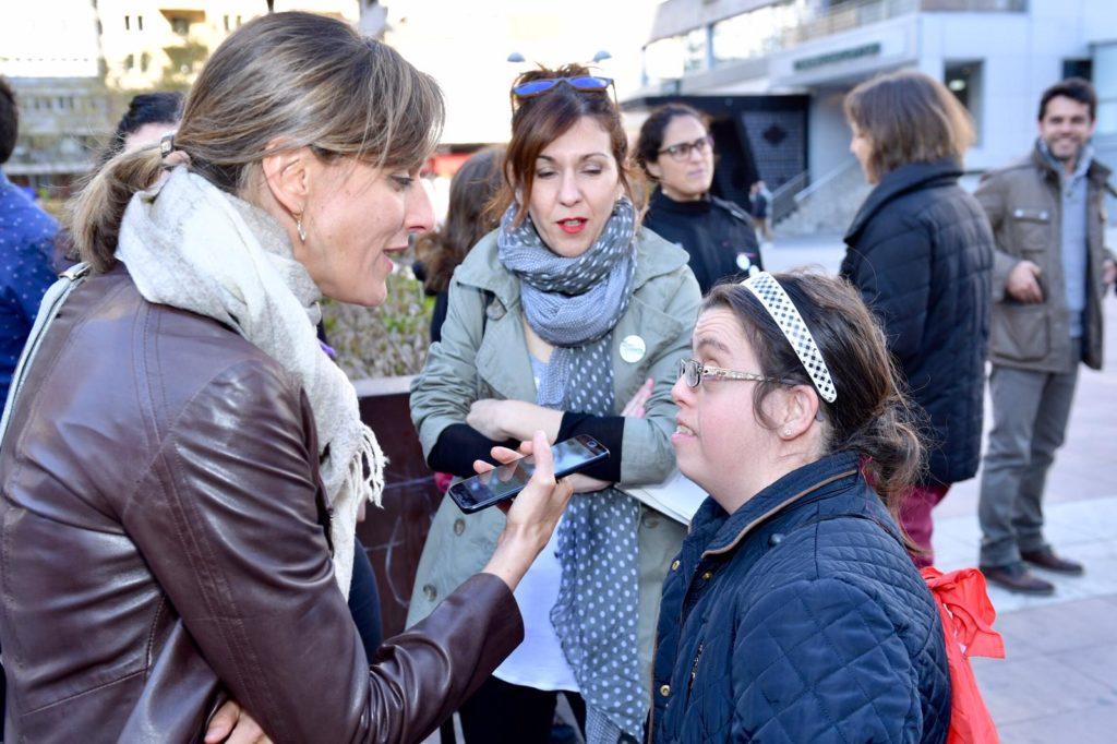 una periodista entrevista a una mujer
