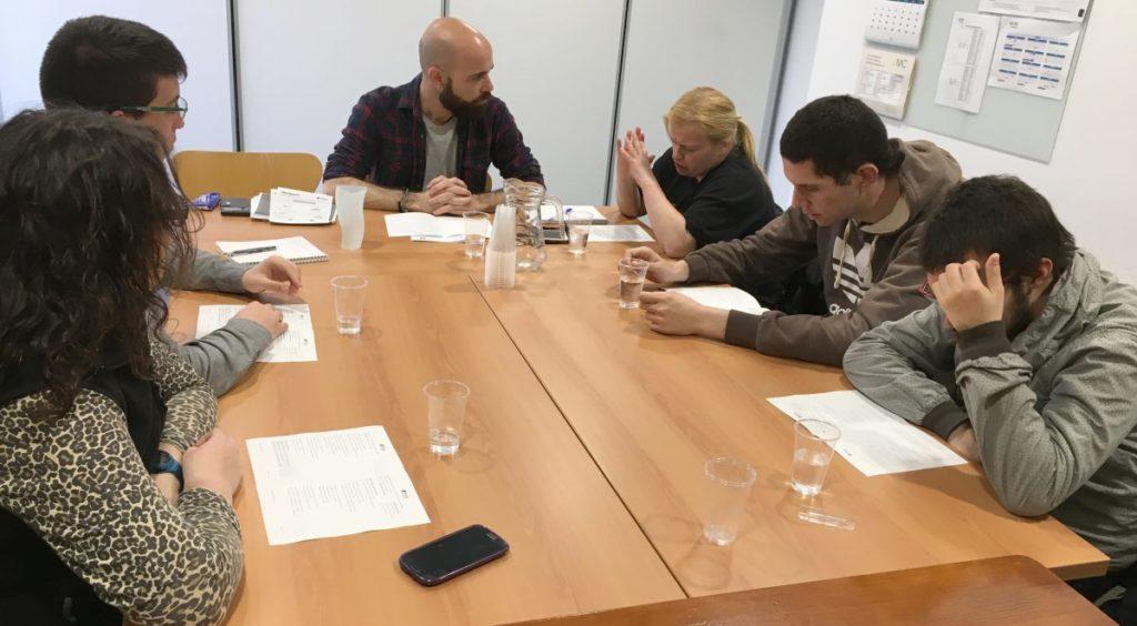 personas con papeles sobre una mesa