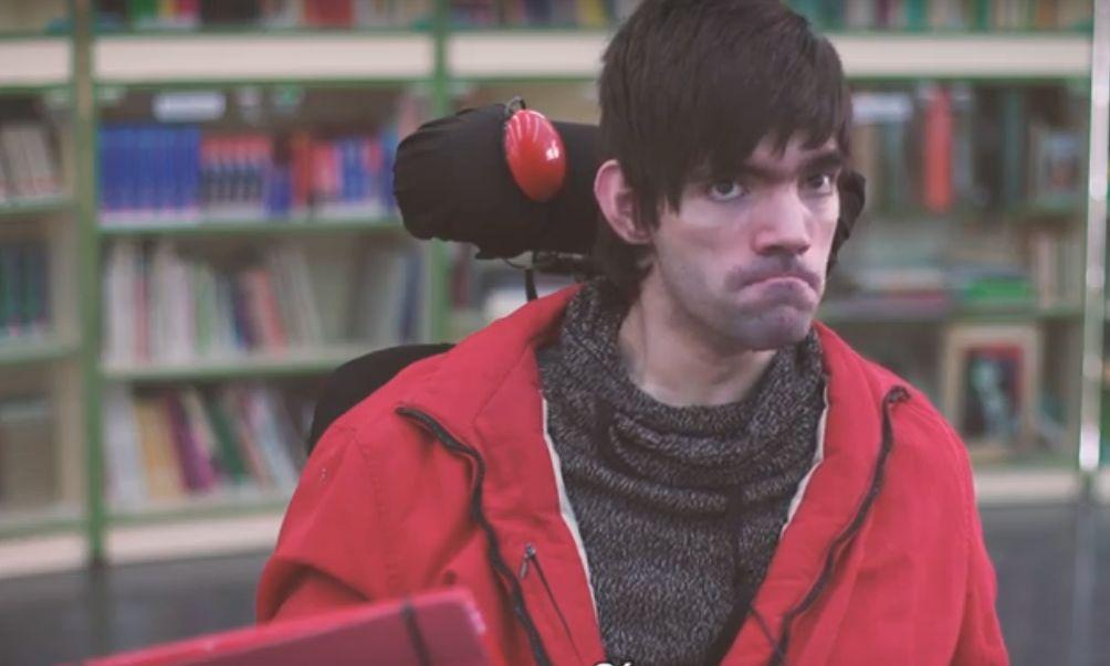 una persona en silla de ruedas con comunicador