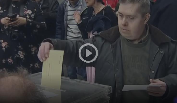 persona vota en una urna